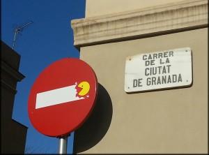 Clet, intervento su un cartello stradale di Valencia