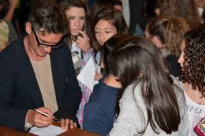 Clet rilascia autografi agli alunni