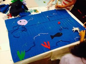"""Preparazione Tappeto-natura """"Acqua"""" con pesci, polpi, granchi in carta argentata e piante marine-"""