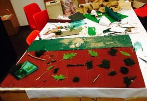 Preparazione Tappeto-natura Terra con foglie, legni, terra e segatura