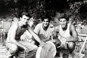 19840903-LIVORNO-VICENDA SCULTURE FALSE MODIGLIANI - Tre dei quattro giovani livoenesi Michele Ghelarducci (S), Piero Luridiana (C) e Francesco Ferruccio (D), manca Michele Genovesi, autori della burla, mentre mostrano la testa da loro scolpita e gettata nel fosso reale, poi recuperata durante il dragaggio e indicata ''Modi 2''. ANSA ARCHIVIO